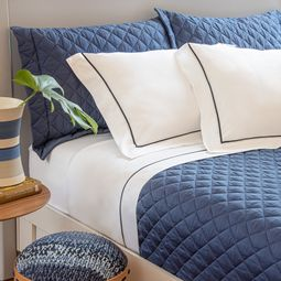 jogo-de-cama-queen-scavone-cetim-300-fios-100-algodao-normandie-azul-ambientada